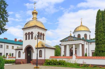 Fototapeta Monaster św. Onufrego w Jabłecznej – męski klasztor prawosławny. Widok bramy cerkiewnej z dzwonnicą oraz cerkwi. Obiekt powstał około 1500 roku