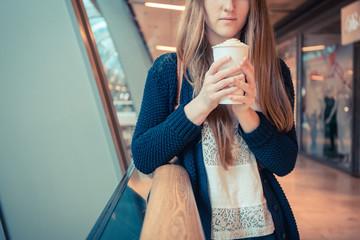 Junge Frau hält Kaffeebecher
