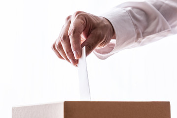 投票する男性、白シャツ