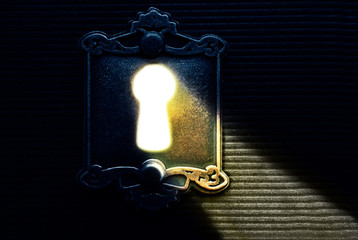 Keyhole light lock