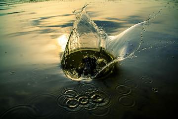 падение камня в воду