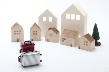 家とスーツケース 民泊 旅 イメージ