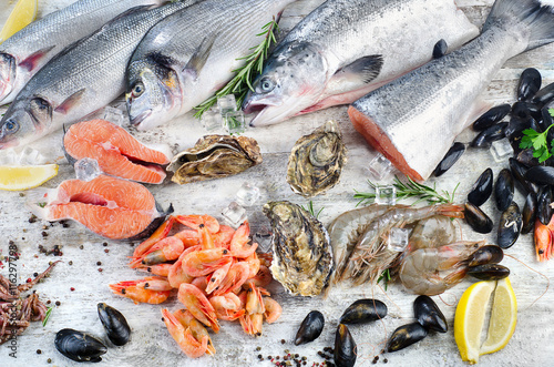 Fresh fish and seafood with aromatic herbs for Aromatic herb for fish