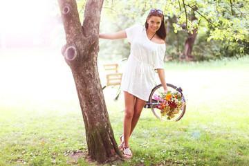 Mädchen mit Blumen am Baum