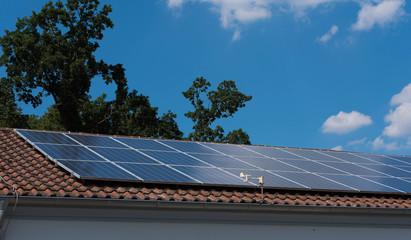 Dach mit Photovoltaik Anlage - Solar Anlage