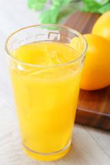 オレンジジュースと果実