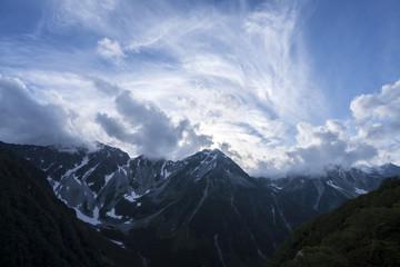 梅雨あけ近い穂高連符の空/雲が踊る