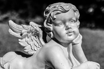 Liegender Engel Grau