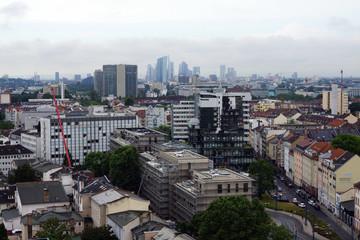 Blick über Offenbach zur Skyline von Franfurt