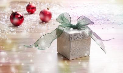 Weihnachtsgeschenk mit grüner Schlaufe