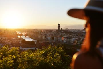 Donna guarda il tramonto a Firenze Wall mural