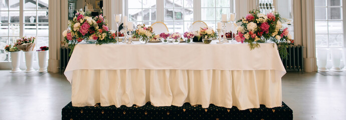 Elegant wedding reception white table arrangement, floral centerpiece decoration, restaurant