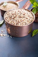 Mixed raw quinoa