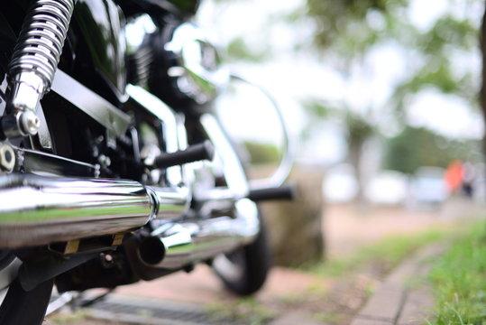 公園に駐車している大型バイク