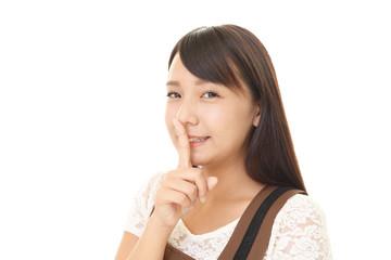 唇に指を当てる女性