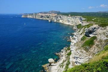 Spektakulärer Blick auf die Kalksteinfelsen und Bonifacio
