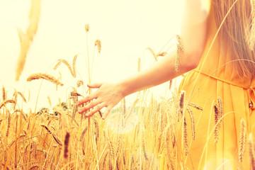 Frau auf einem Getreidefeld