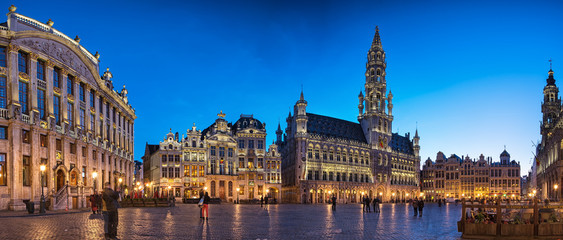 Spoed Fotobehang Brussel The famous Grand Place in blue hour in Brussels, Belgium