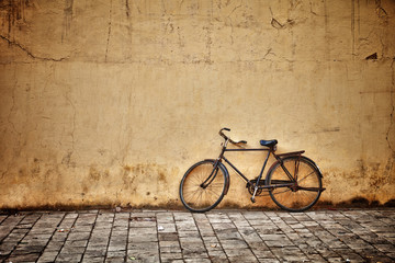Aluminium Prints Bicycle Old vintage bicycle near the wall