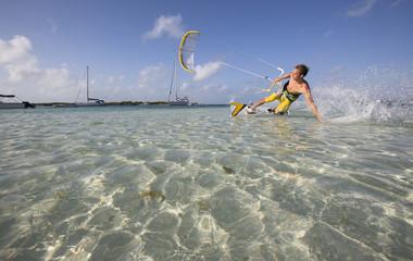 Kiter im türkisfarbenen Wasser