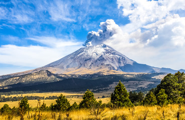Photo sur cadre textile Mexique Active Popocatepetl volcano in Mexico