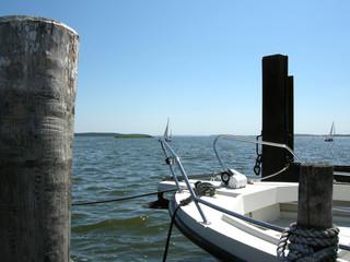 Nahaufnahme Buhnen, Motorboot,, Segelschiffe, Breege