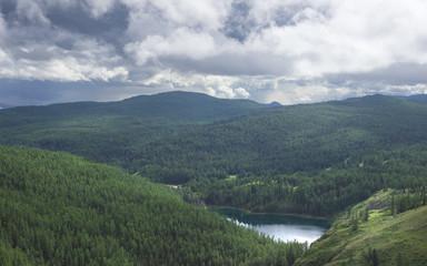 Среди тайги и гор.\Красивый летний лес,игра света,озеро и выразительное небо.