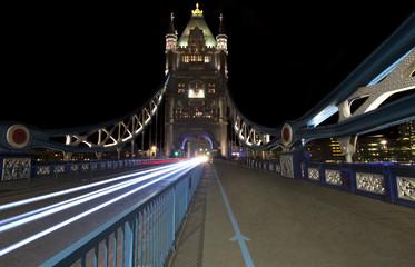 Panorama notturno del Tower Bridge a Londra, lunga esposizione