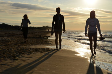 silhouettes of women on the beach