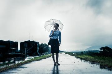 傘を差して歩く女性,暗いイメージ