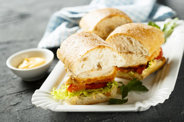 Sandwich with chicken and tomatoes
