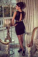 attraktive Frau im Abendkleid