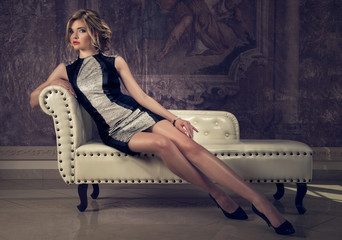 attraktive blonde woman in an elegant cocktail dress