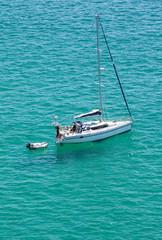 Voilier dans eau turquoise, Finistère, Bretagne