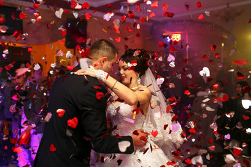 Obraz The lovely couple in love dancing on the dancefloor - fototapety do salonu