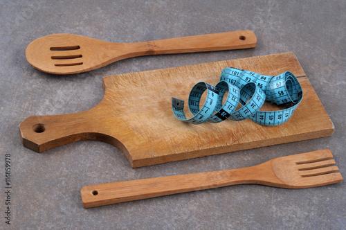 Centim tre de couturi re sur une planche d couper avec for Couturiere en bois