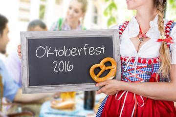 Fototapete - Freunde im Biergarten mit Bedienung Oktoberfest