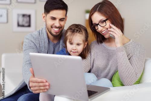 familie mit laptop und handy stockfotos und lizenzfreie bilder auf bild 116880307. Black Bedroom Furniture Sets. Home Design Ideas