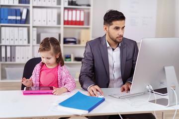 papa arbeitet im büro am computer, kind spielt am tablet