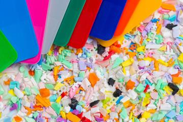 Plastik Mahlgut mit Farbmusterplättchen