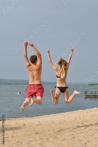 Девушки прыгают на парне фото 347-400