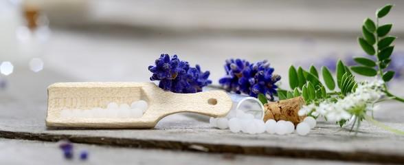 Naturheilkunde Globuli mit Lavendel in Fläschchen