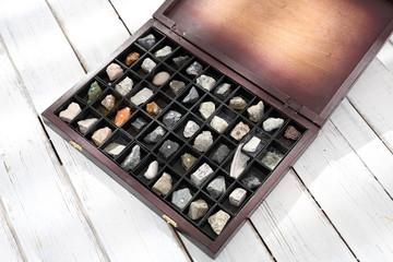 Kolekcja kamieni. Kasetka minerałów, kolekcja kamieni.