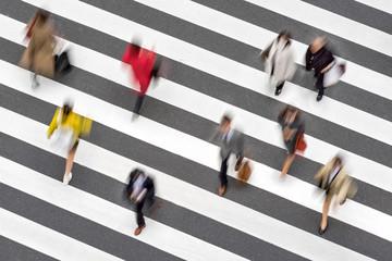 Fotomurales - Menschen überqueren einen Zebrastreifen in der Stadt