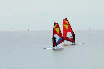 Windsurfer auf ruhiger See