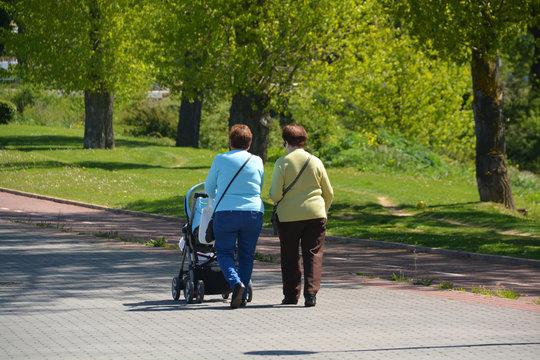 abuela paseando a su nieto