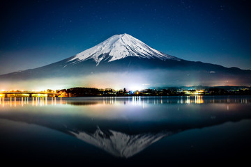 Photo sur Aluminium Reflexion Mount Fuji reflected on Kawaguichiko lake at night