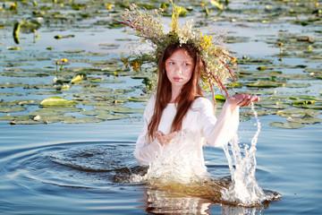 девушка в воде с венком