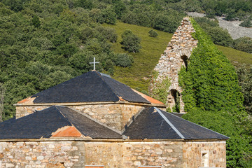 Torre del campanario de la iglesia de Morla de la Valdería, cubriéndose de hiedra. La Cabrera, León.