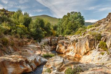 Río Truchillas y erosión en la roca. La Cabrera, León.